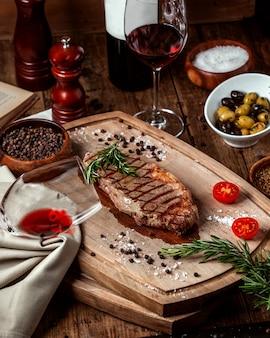 Tranche de viande rôtie avec verre de vin