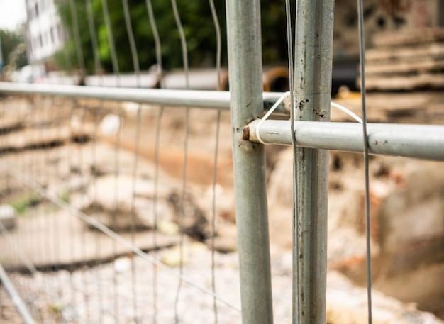 Tranchée derrière une clôture en fer à l'extérieur.
