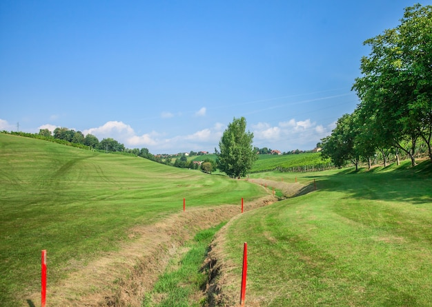 Tranchée sur le parcours de golf de zlati gric marqué de marqueurs rouges sur une journée ensoleillée
