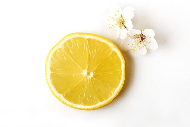 Trancher les agrumes de citron mûrs sur un fond blanc.
