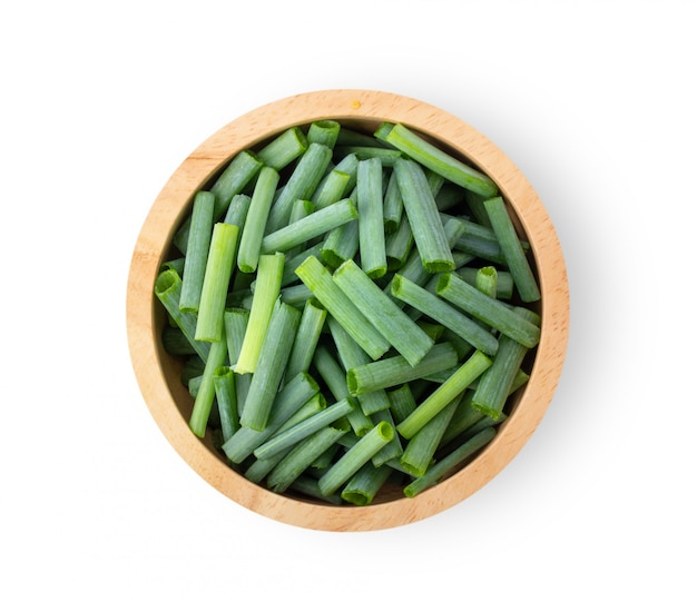 Trancher les oignons verts dans un bol en bois