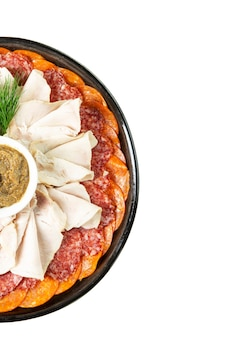 Trancher une variété de spécialités de viande sur une assiette avec de la sauce. isolé sur fond blanc. verticale. espace pour le texte.