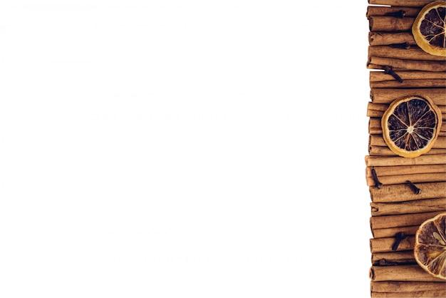 Tranches d'agrumes citron séchées avec clou de girofle et cannelle, épices à arôme naturel pour les fêtes de noël cuisson au blanc
