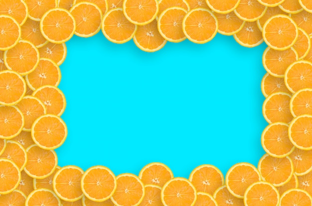 Tranches d'agrumes orange sur fond bleu vif