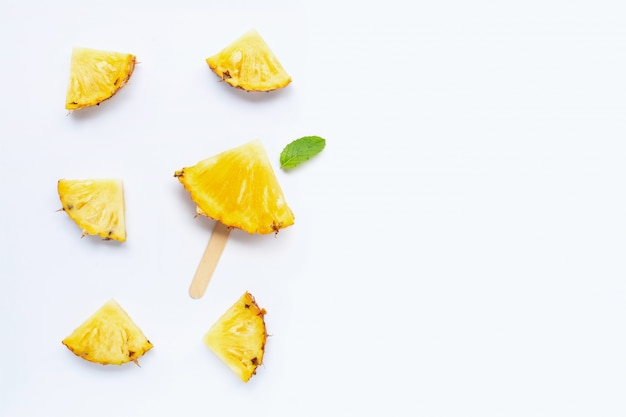 Tranches d'ananas sur blanc.