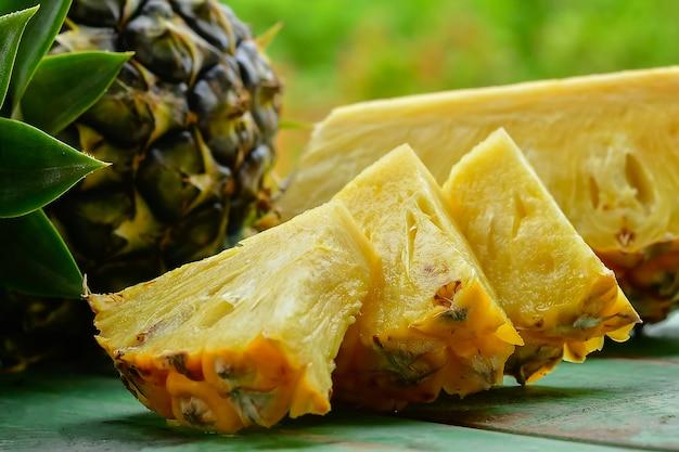 Tranches d'ananas sur bois vert