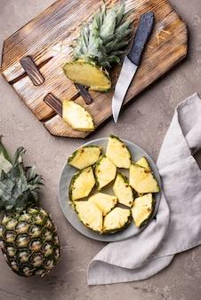 Tranches d'ananas mûrs sur assiette