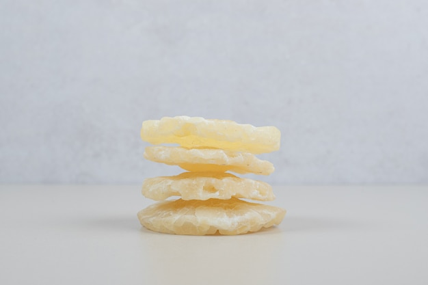 Tranches d'ananas séchées sur une surface beige