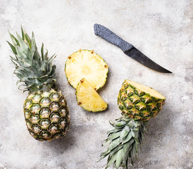 Tranches d'ananas sur table blanche