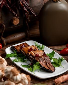 Tranches d'aubergines frites fourrées aux noix et à l'ail