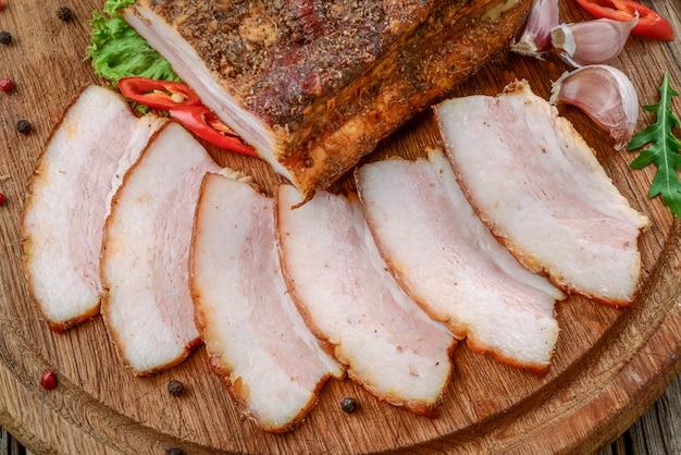 Tranches de bacon sur bois