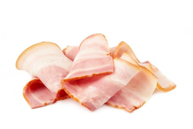 Tranches de bacon cru frais isolé sur fond blanc. vue de dessus.
