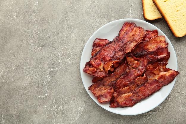 Tranches de bacon frit dans une assiette