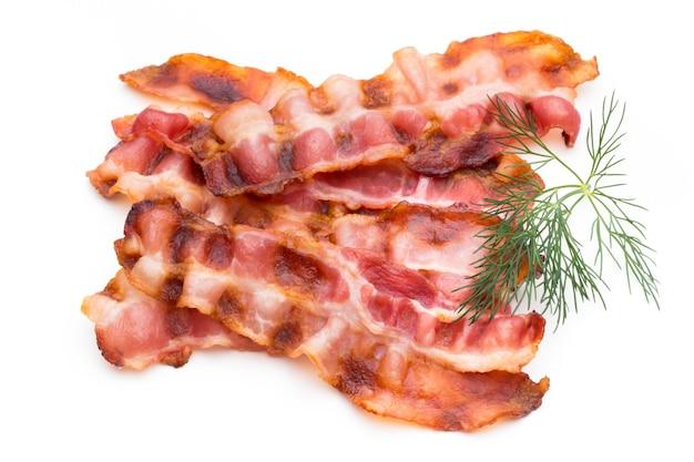 Tranches de bacon isolé sur fond blanc