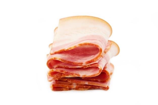 Tranches de bacon isolés sur fond blanc