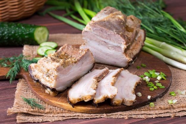 Tranches de bacon à l'oignon sur fond de bois