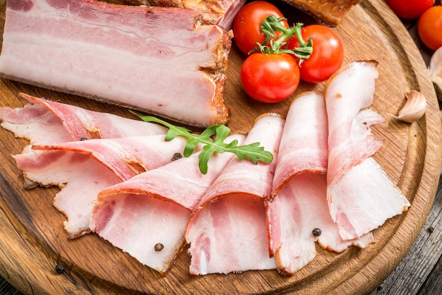 Tranches de bacon sur la surface en bois