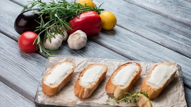 Tranches de baguette au beurre. ail et aubergine. recette de bruschetta. ingrédients de base pour une délicieuse collation.