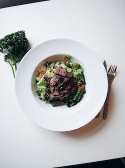 Tranches de boeuf grillé avec salade