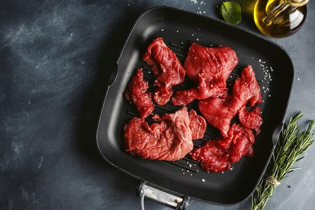 Tranches de boeuf minces avec des ingrédients pour la cuisson
