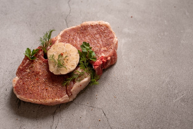 Tranches de boeuf de viande crue sur une planche à découper en bois