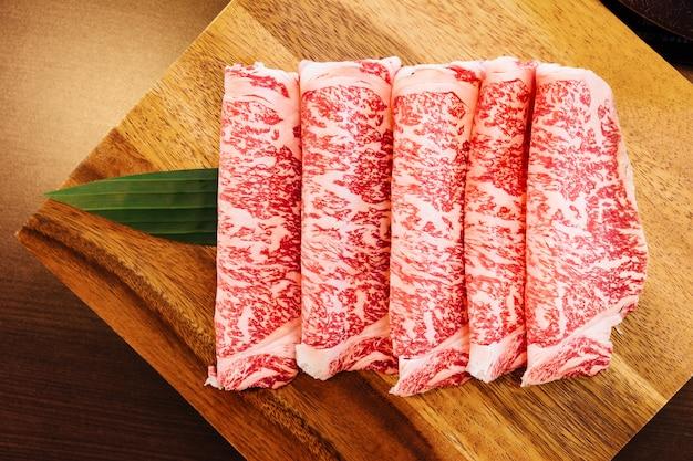 Tranches de bœuf wagyu de première qualité, à la texture très marbrée, pour sukiyaki et shabu.