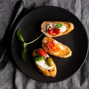 Tranches de bruschetta et feuille de basilic