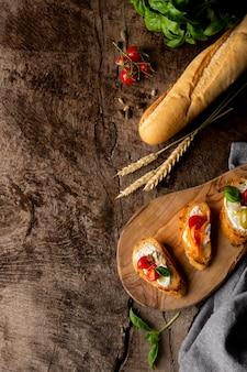 Tranches de bruschetta et pain baguette français
