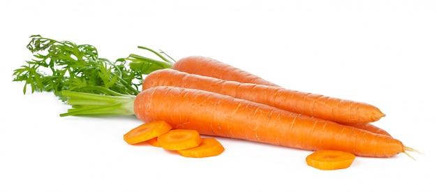 Tranches de carottes fraîches isolés sur blanc