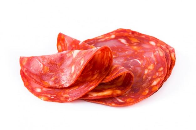 Tranches de chorizo de viande froide isolés sur fond blanc