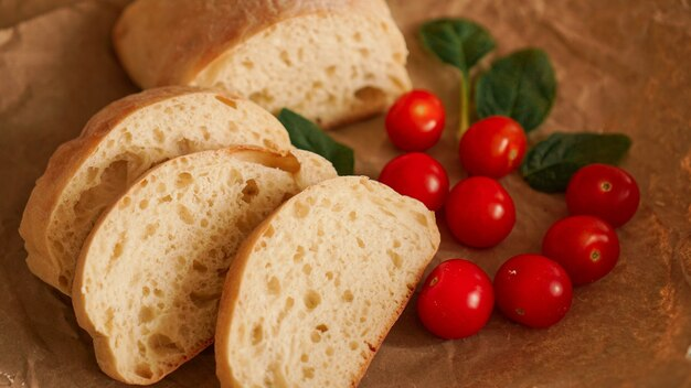 Tranches de ciabatta et tomates cerises sur papier kraft. cuisiner des collations saines. ingrédients pour bruschetta