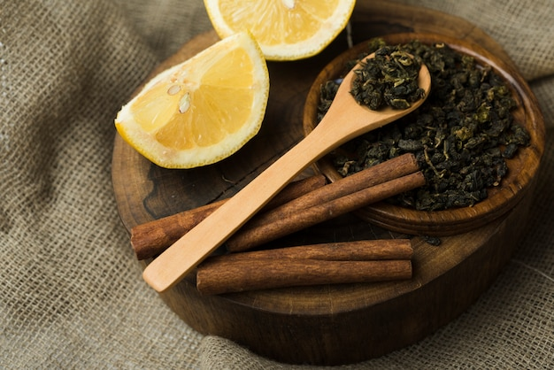 Tranches de citron avec des bâtons de cannelle et une tisane séchée