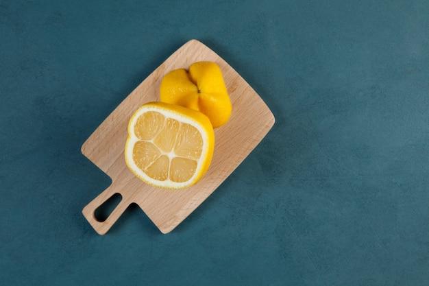 Tranches de citron carré sur une planche à découper en bois