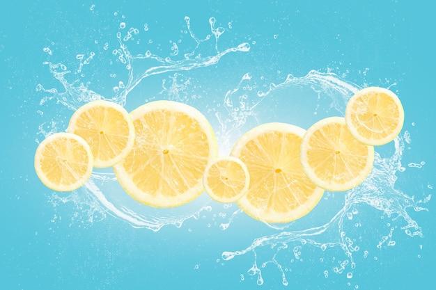Tranches de citron avec des éclaboussures d'eau isolés sur fond noir bleu.