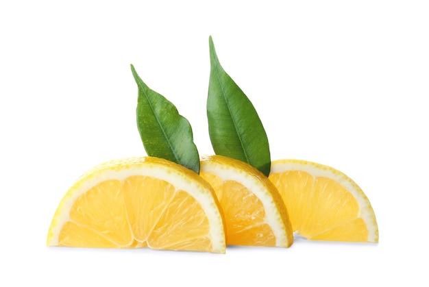 Tranches de citron et feuilles sur une surface blanche