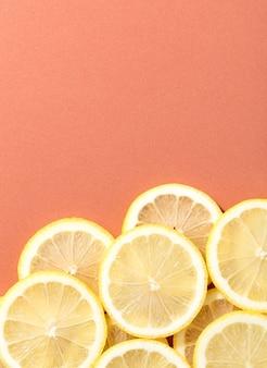 Tranches de citron sur un fond de saumon