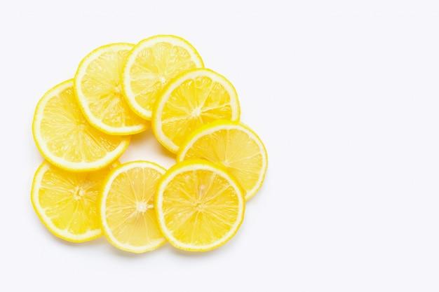 Tranches de citron frais sur blanc. espace de copie