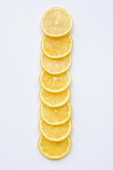 Tranches de citron frais sur blanc
