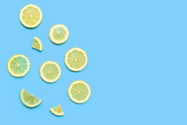 Tranches de citron frais sur fond bleu.