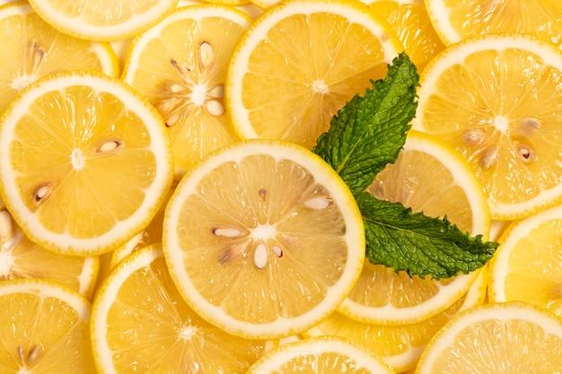 Tranches de citron frais sur fond jaune