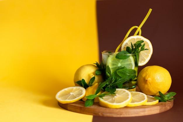 Tranches de citron jaune sur une planche de bois marron