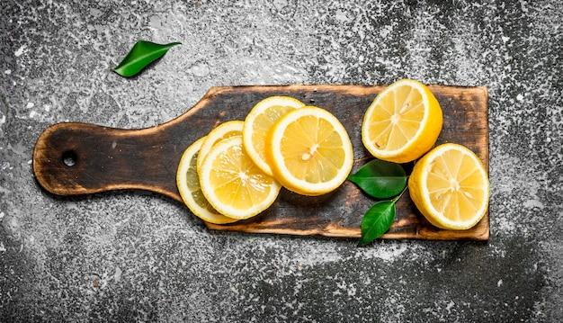 Tranches de citron mûr sur l'ancienne planche.