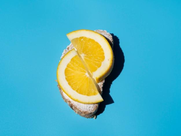 Tranches de citron savoureux sur la vue de dessus de pain