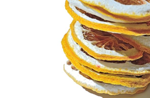Tranches de citron séchées superposées sur un fond blanc. isolé