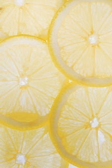 Tranches de citron translucides sur fond blanc, tranches d'agrumes