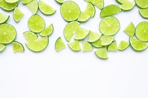 Tranches de citron vert sur fond blanc. vue de dessus