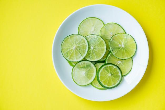 Tranches de citron vert fraîchement coupé