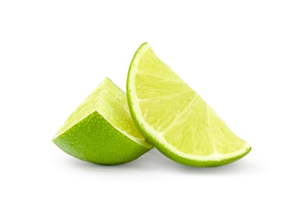 Tranches de citron vert isolés sur une découpe blanche