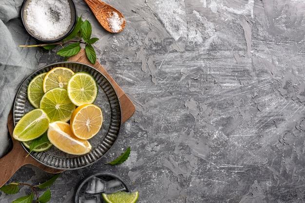 Tranches de citron vert vue de dessus avec espace copie