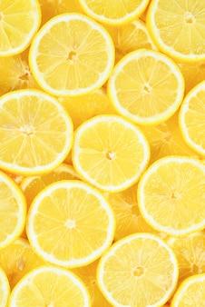 A tranches de citrons jaunes juteux frais. fond de texture, motif.